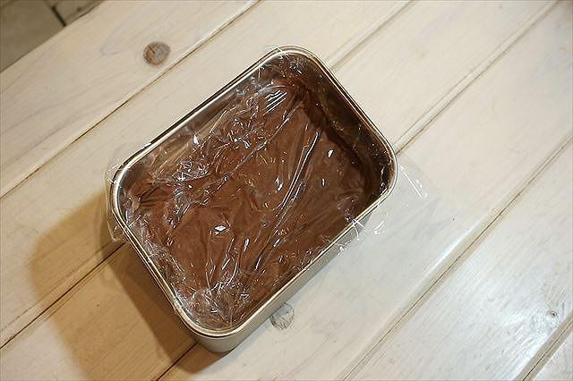 チョコレートジェラートをタッパーに入れる