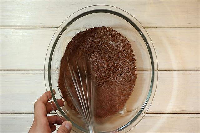 グラニュー糖とココアパウダーを混ぜ合わす