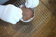 チョコスポンジケーキを型から取り出す