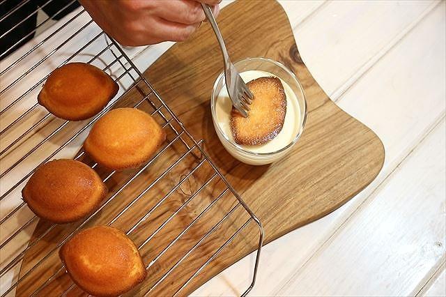 レモンケーキにチョコをつける