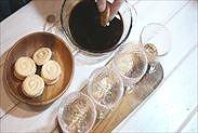 ビスキュイをコーヒーシロップにつける