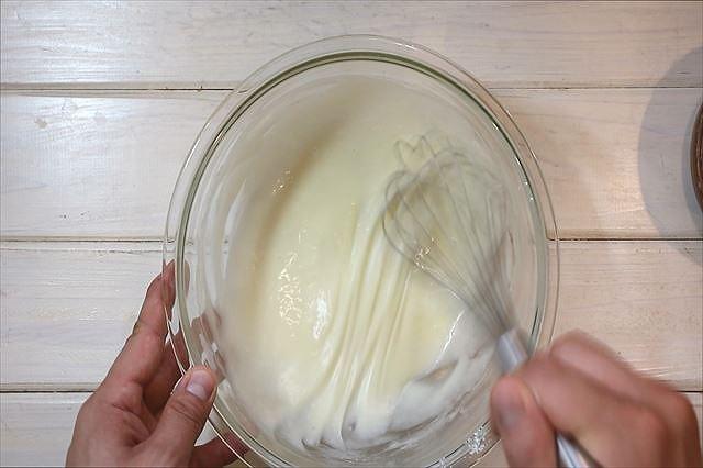 薄力粉をふるい入れ混ぜあわす