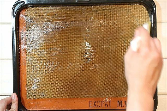 ベーキングシートに油を薄く塗る