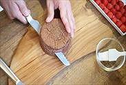 チョコスポンジケーキをスライスする