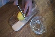 レモンをカットする