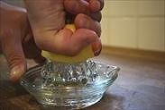 レモン果汁を絞る