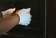 シフォンケーキをオーブンから取り出す