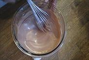 チョコレートと生クリームを混ぜ合わせる
