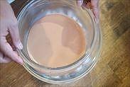 チョコレートクリームを氷水にあてる