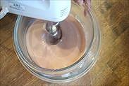 チョコレートクリームをハンドミキサーで泡立てる