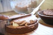 チョコレートクリームをサンドする