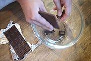 チョコレートをボウルに割り入れる