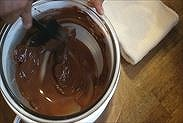 チョコレートを湯煎にあて溶かす