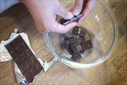 チョコレートをボウルに割りいれる