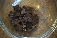 チョコレートをボウルに割り入れた状態