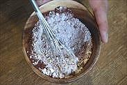 薄力粉とココアパウダーを混ぜ合わせる