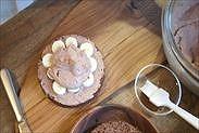 バナナの上に生チョコクリームをのせる