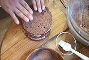 3枚目のチョコスポンジケーキをひっくり返してのせる