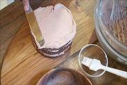生チョコクリームを上面に下塗りする