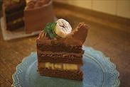 基本のお誕生日・お祝い生チョコレートケーキをカットした状態