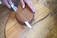 チョコスポンジケーキの焼き面を取る