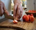 サンド用のイチゴをカットする