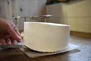 ナッペ(本塗り)したケーキをトレーにのせる