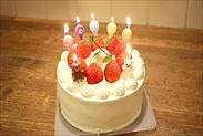 お誕生日・お祝いデコレーションケーキのローソクに点火