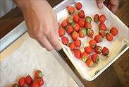 苺の水気を拭く