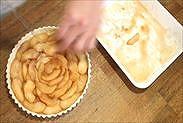 りんごをタルト型に並べ入れる