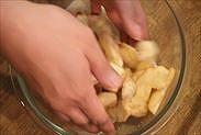 りんごと砂糖とシナモンを絡める