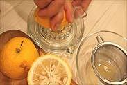 ゆずの果汁を絞る