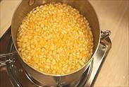 手鍋にゆずの皮と果汁、水を入れる