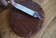 チョコスポンジケーキに生チョコを塗る