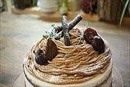 チョコレート・モンブランショートケーキをデコレーションする