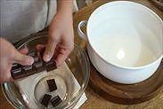 チョコレートを割り入れる