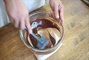 生チョコをゴムベラで混ぜ合わせる