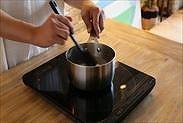熱い牛乳とふやかしたゼラチンを良く混ぜあわせる