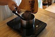 手鍋に刻んだチョコレートを加える
