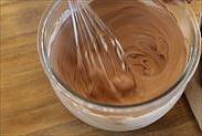チョコレートムースを混ぜ合わせる