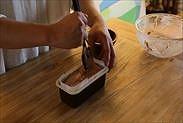 パウンドケーキ型に入れたチョコレートムースの表面を平らにならす