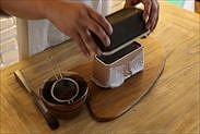 チョコレートムースをパウンドケーキ型から取り出す