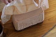 チョコレートムースの表面の焼き紙を剥がす