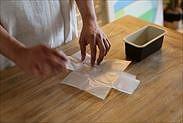 パウンドケーキ型用焼き紙の形を整える