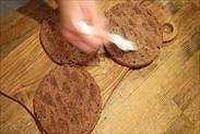 チョコスポンジケーキにシロップを塗る
