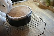 焼けたスポンジケーキの淵を引っ張る