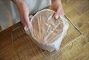 チョコスポンジケーキを袋に入れて保湿する