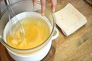 卵を湯煎で温める