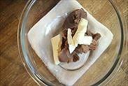 マロンペーストとバターをボウルに入れる