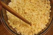 りんごにグラニュー糖とレモン果汁を加えて混ぜる